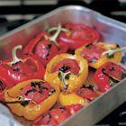 Een heerlijk recept: Gevulde paprika met tomaat en ansjovis uit de oven