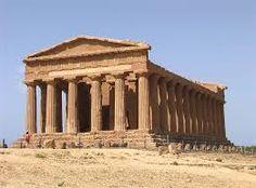 Dit was ooit een griekse tempel. Die is helaas nu wel voor een deel kapot.