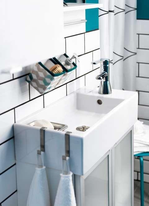 GODT UTNYTTET: De små kurvene under speilet er perfekt til såpe og tannbørster, mens vasken blir brukt til oppheng av håndklær.