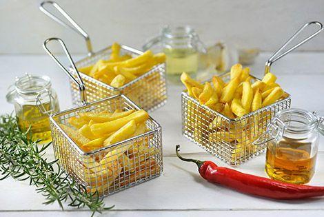 Ik krijg veel vragen over het bakken van verse friet of aardappelschijfjes in de Airfryer. Lees mijn recept en tips voor de lekkerste verse frietjes.