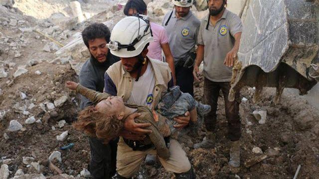 White Helmets kerap disudutkan dengan hoax  Sorang petugas White Helmet mengevakuasi korban  Kelompok Pertahanan Sipil Suriah atau yang dikenal dengan White Helmets adalah tim sukarelawan yang paling tanggap dalam menolong korban perang Suriah. Mereka sigap mendatangi lokasi pengeboman atau insiden lainnya untuk secepatnya menemukan dan memberi pertolongan pertama pada korban. Aksi mereka dapat diikuti melalui media sosial atau video resminya. White Helmets menjadi nominator dalam…