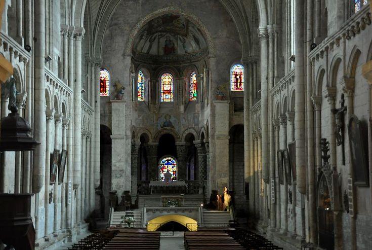 La nef et le choeur de Sainte-Radegonde à Poitiers: il n'y a ni transept, ni collatéraux. Le choeur roman est surélevé à cause de la crypte au-dessous. La nef est en gothique du début du XIII°s.- 50) STE-RADEGONDE, LE PELERINAGE: .. quand vient la fête de la sainte en août, les pèlerins sont si nombreux et en général si pauvres, qu'ils couchent dans une sorte de camp hors de la ville. J'ai vu le tombeau: il est dans une jolie église gothique du XII°s déjà fortement enfoncée en terre.
