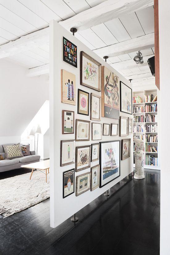 ściana z obrazkami