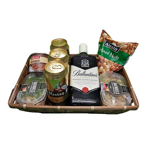 Quality Fruit Baskets. Mand Noten Bier en Whisky  3x Blikje Hertog Jan Bier (3x 50 Cl.) 150 Cl.  1x Blikje Amandelen gezouten en geroosterd 150 gram  1x gemengde noten  200 gram  1x Gojimix rauwe noten met gojibessen  200 gram  1x Daendels  Elitehaver   225 gram  1x Daendels  gezouten pinda`s  250 gram  1x Fles Ballantines Whisky 0.75 L.