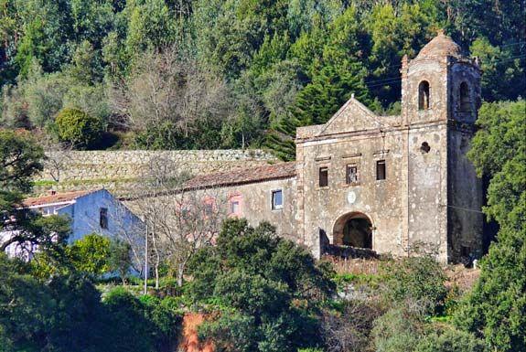 Situado em Monchique, o Convento de Nossa Senhora do Desterro foi fundando em 1631 por Pero da Silva, Governador da Índia Portuguesa. Edificado no estilo manuelino, atualmente encontra-se em ruínas. (foto: olhares.sapo.pt/GabrielClemente/)