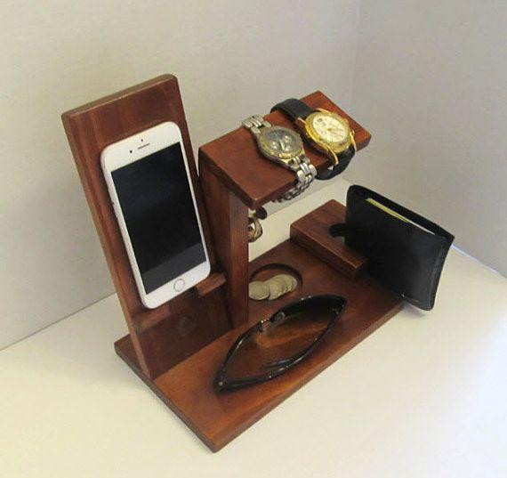 Dit is een iPhone dock met een horloge houder, munt/Cufflink houder, ringhouder en portemonnee houder. Het horloge houder biedt plaats aan 2 horloges. Er zijn 2 ring-post voor het opslaan van uw ringen. Elke ring post is 2inches lang, zodat u voor het opslaan van meerdere ringen op elke post. De iPhone dock is gebouwd om te houden van de 4, 5 of 6 versie, selecteert u bij het bestellen. Onder het horloge is houder er ruimte voor uw portemonnee. Het iPhone dock meet 8 1/2 inch en 8 inch hoog…