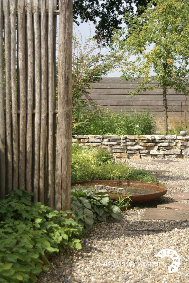 Een moderne tuin van 250m2 rond een vrijstaande woning. De achtertuin ligt op het noorden wat een uitdaging vormt voor de vormgeving om in de zon te zitten