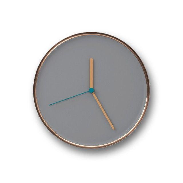 DESIGN KONZEPTThin, TEOs Wanduhren-Debut, ist ein zeitlos schlichter und schöner Uhrenklassiker.Das integrativ geschwungene Design des Metallgehäuses lässt Thin besonders schlank erscheinen und fasst das semimatt lackierte Ziffernblatt optisch mit einem glänzenden Ring ein. Die reizvoll aufeinander abgestimmten Farben und Materialien machen Pünktlichkeit zu einem Vergnügen.Design by: Lena Billmeier & David BaurPRODUKT SPEZIFIKATIONENABMESSUNGEN: D 28,7cmMATERIAL: Stahl beschichtet und l...