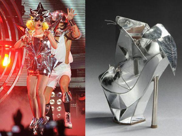 Lady Gaga: una Cenerentola moderna con le scarpe Armani  http://www.sfilate.it/177329/lady-gaga-una-cenerentola-moderna-con-le-scarpe-armani  Una scarpa di Emporio Armani appartenuta a Lady Gaga andrà all'asta a Parigi. Come in una riedizione moderna della favola di Cenerentola.