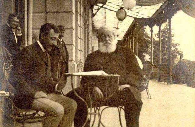 D. Pedro II sentado à mesa junto com seu médico, conde de Mota Maia, na estação…