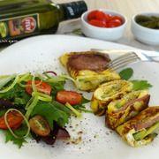 Омлет с начинкой и зеленый салат с томатами