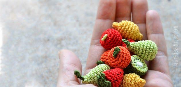 Bijou con miniature di frutta a uncinetto: mela, pera, arancia, limone, fragola e kiwi per un bracciale e orecchini - Amigurumi fruits minia...