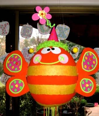 Piñata Papillon pour anniversaire d'enfant  Retrouvez ici une idée de bricolage très simple pour réaliser une piñata, économique à fabriquer et c'est le succès garanti d'un anniversaire réussi ! une idée maligne et pas chère. Laissez-vous guider dans l'univers de Créamalice et révélez le créateur ou créatrice qui sommeille en vous.  www.creamalice.com