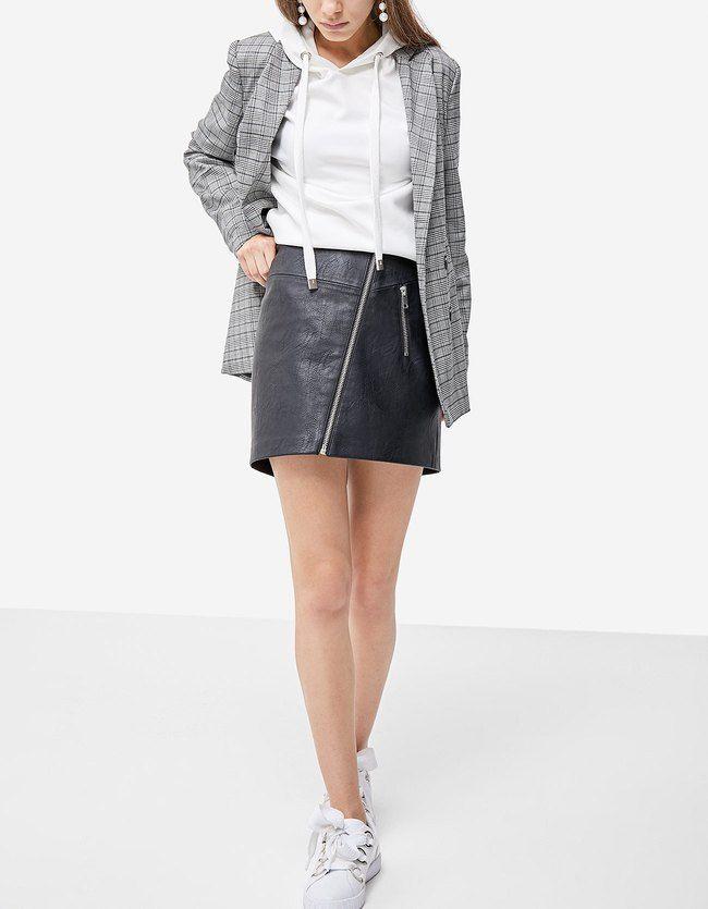 Renueva tu armario con las faldas de mujer de otoño invierno 2017 de Stradivarius. Faldas largas, midi o minifaldas para un día perfecto. Un look infalible.