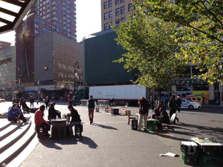 DIY Chess Tables: Chess players set up on milk crates in Union Square Park, NYC.   ニューヨークに天板がチェス盤になってるテーブルがあったのを良くみたけど、こんな風にゲリラ的にやるのも面白そう!チェスとか将棋とかオセロとか人生ゲームができるテーブルがあったら、案外みんな楽しんでもらえるんじゃないかな。
