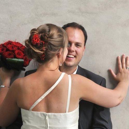 Rode bloemen ook super mooi!!! #bloemen#bruidskapsel#trouw http://muann.eu/hairstyling.php