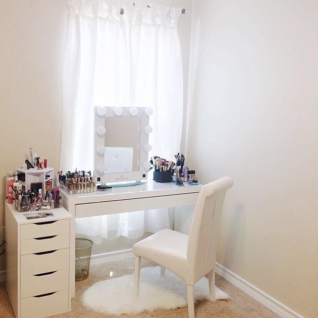 Keeping it simple ✨, @makeup_4_reds glam space features our Glamour Vanity Mirror