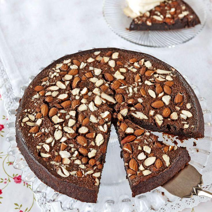 Läcker, kladdig chokladkaka med knapriga sötmandlar på toppen.