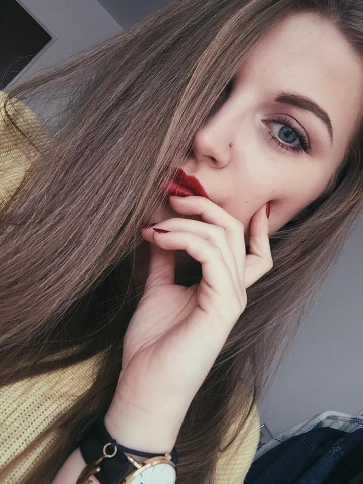 instagram girl red lips nose piercing kolczyk blond