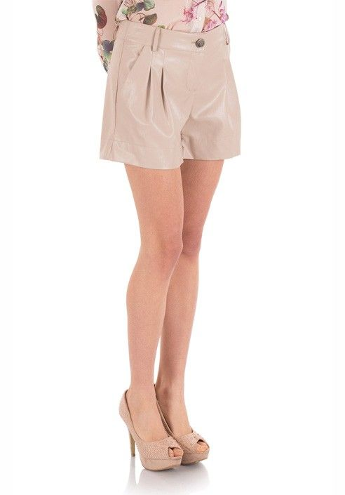 Sporty-chic shorts in leather, characterized by reason of folds at the waist. BUY IT NOW ON www.dezzy.it!