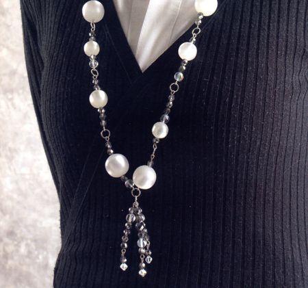 Una vecchia collana della nonna che ormai è usurata dal tempo può essere rimodernata in parte con un'azione di recupero. Nel nostro caso abbiamo riutilizzato le perle in resina, impreziosendole con diversi tipi di cristalli.