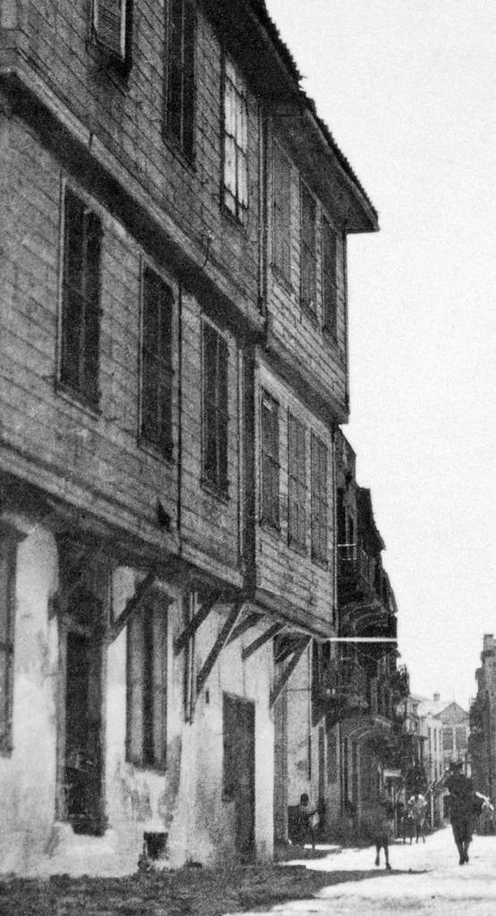 Χανιά. ξύλινα κτήρια της τουρκοκρατίας που σώζονται και σήμερα στην είσοδο της οδού Θεοτοκοπούλου. Φωτογραφικό Αρχείο Μανώλη Μανούσακα από την έκθεση: ´ΧΑΝΙΑ-ΒΕΝΕΤΙΑ χθες και σήμερα´