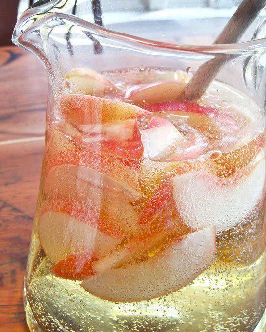Sangria à la pêche blanche : 1 bouteille de Moscato, 1/3 d'une bouteille de Schnaps à la pêche, 1L de Sprite, quelques tranches de pêches blanches fraîches. Incorporer tous les ingrédients (sauf le Sprite) et placer ainsi dans le réfrigérateur aifin de laisser le fruit absorber toutes les saveurs (environ 2-3 heures). Ajouter le Sprite juste avant de servir.