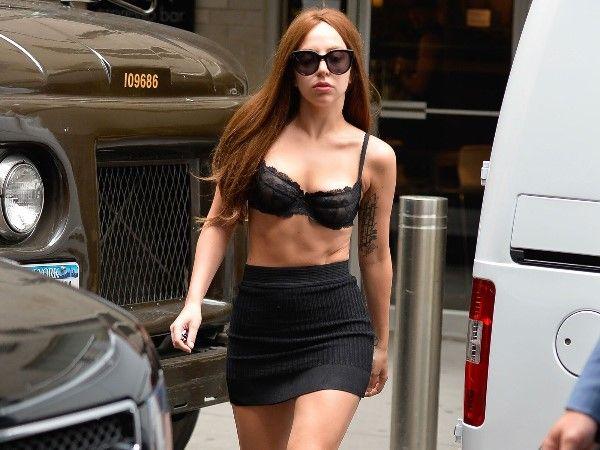 Леди Гага еле помещается в сценические костюмы (3)