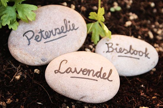 DIY Garden marking stones: Write the desired text on the stones with a ceramic marker. Bake in the oven like written on your marker.