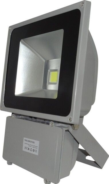 Acest PROIECTOR LED 70W ALB CALD emite lumina puternica in conditii de consum scazut. Datorita gradului de protectie crescut la umiditate si praf (IP65), proiectorul LED 70W poate fi utilizat atat in interior cat si afara, in parcari, depozite, curti, gradini sau in alte aplicatii in care se doreste un corp de iluminat eficient.