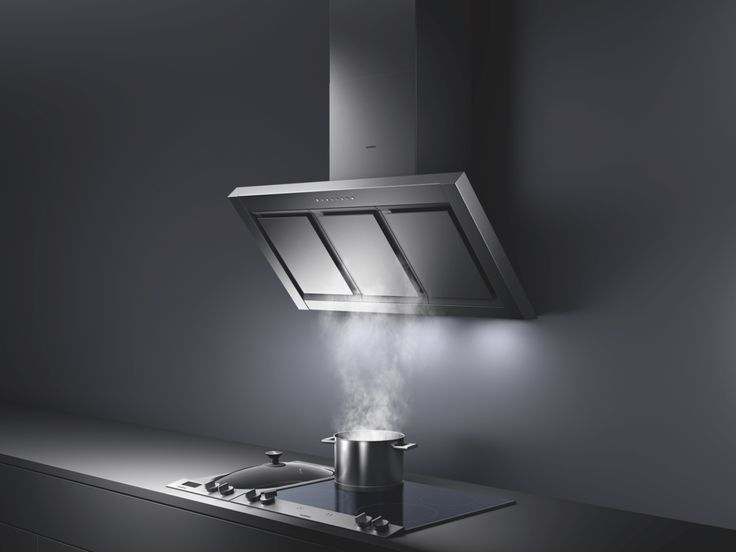 For chefs who need room when they cook, the 200 series angled canopy hood AW 250 with concealed filters provides ample space above the cooking area – and its underside is as elegant as the top.