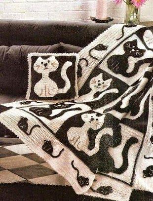 Plaid y almohadón en blanco & negro con diseño de gatos | Crochet y dos agujas