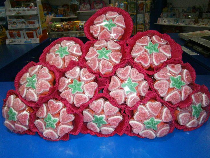 Pirámide de ramos de flores de golosinas de Dulce Diseño Magic Badalona.