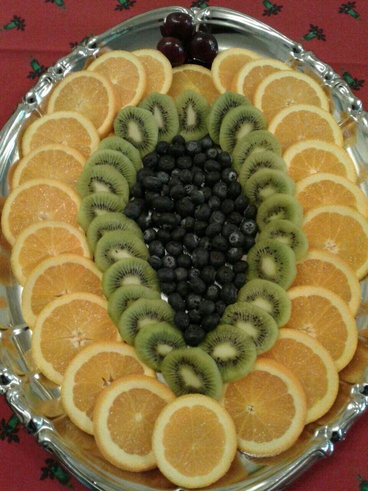 Corazón de frutas: naranja,  kiwi y arándanos