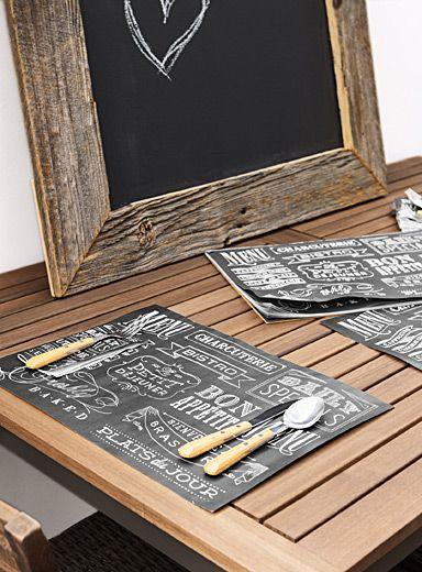 Un design signé Danica chez Simons Maison Recréez l'esprit chaleureux et invitant des petits bistros dans votre cuisine Imprimé typo pure mode en contraste blanc craie sur fond gris foncé Tablette de napperons en papier idéale pour les réceptions et les repas de groupe à la maison Ensemble de 40 feuilles par emballage 31,5x47 cm