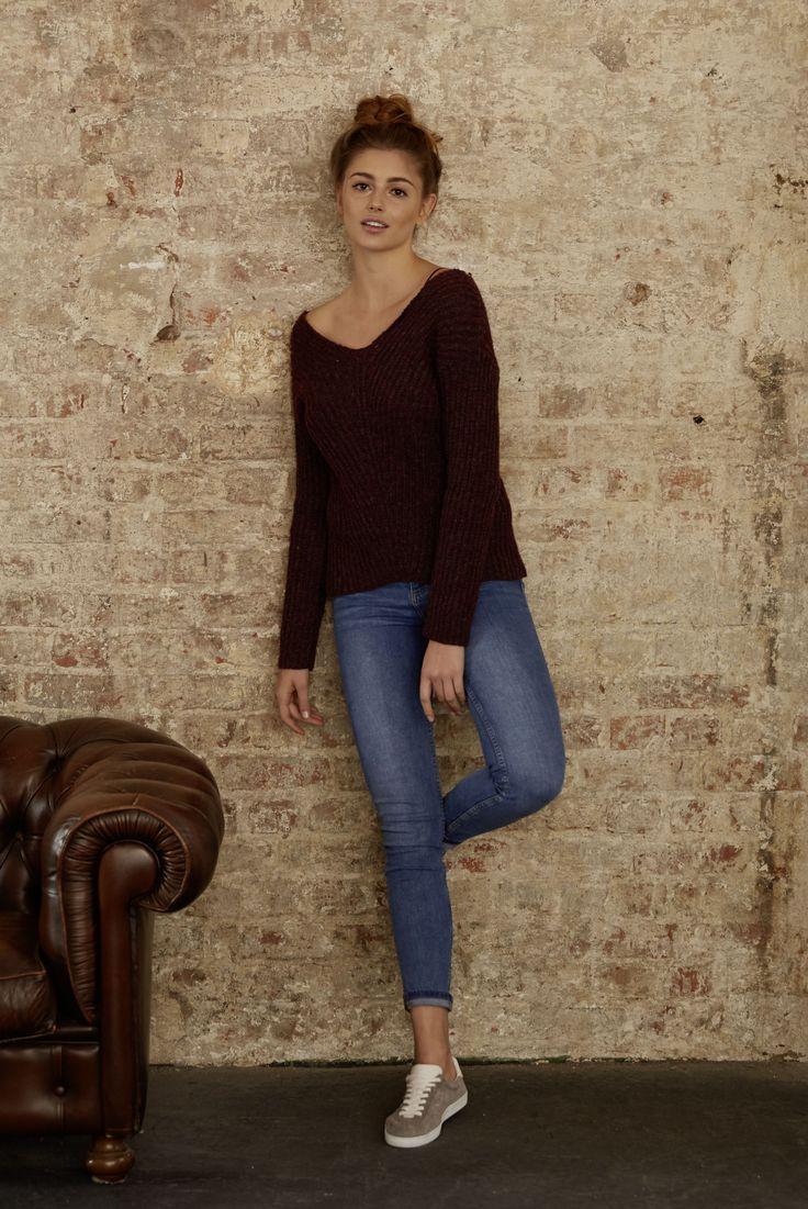Der Schnitt dieses Damen-Pullovers zeichnet sich neben dem V-Ausschnitt durch die relativ kurze Länge, die überschnittenen Schultern und den lässigen Sitz aus. Das Grundmuster aus Rippen verläuft diagonal von den beiden Schulterpartien abwärts geneigt über Brust bzw. Rücken und trifft mittig auf Höhe der Wirbelsäule aufeinander. Das Strukturmuster geht so in eine senkrechte Linie über, die dem schlichten Pulli ein besonders schönes Detail verleiht. Größen: XS bis XL.
