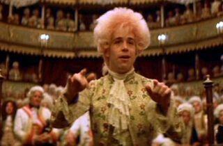 AMADEUS La vita, la musica, le folli mattane del più geniale, pazzoide compositore di musica della storia. Attraverso i ricordi del suo rivale Antonio Salieri, sospettato della sua morte per l'invidia che lo rodeva, rivive il mito di Wolfgang Amadeus Mozart, da ragazzo prodigio a favorito di re e spettatori d'opera nella fastosa Vienna imperiale della seconda metà del 1700. In una grandiosa ricostruzione storica, il capolavoro di Milos Forman vince otto statuette: film, regia, attore…