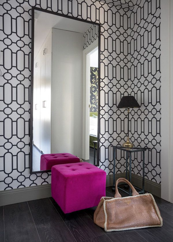 Акценты фуксии на фоне геометрического черно-белого орнамента.