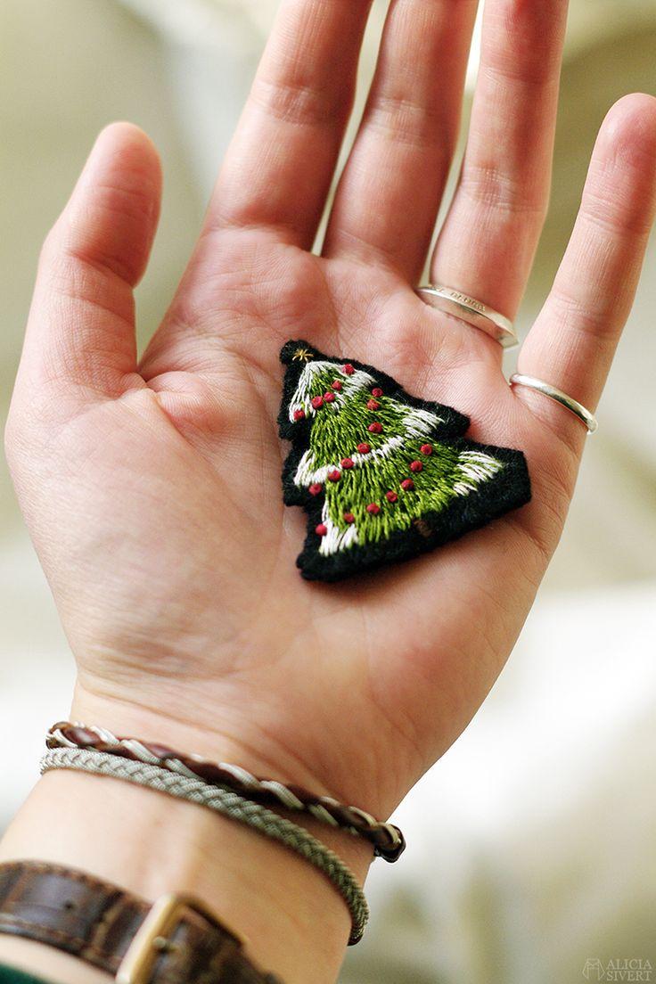 Broderad julgran, brosch, av Alicia Sivertsson.