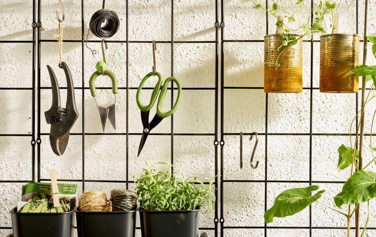 Tieni in ordine gli accessori per il giardino appendendo piante e attrezzi sopra il tavolo di lavoro - IKEA