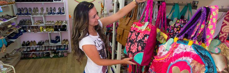 La tradition de Medellín en matière d'industrie textile et l'existence de centres commerciaux modernes qui comptent des boutiques spacieuses et des magasins spécialisés en chaussures et accessoires, font de cette vlle une grande destination pour les acheteurs compulsifs. En outre, grâce à la tenue d'évènements comme Colombiatex des Amériques et Colombiamoda, la ville est très tendance en Amérique du sud.