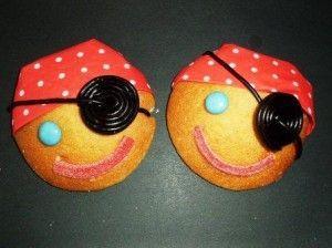 De leukste traktaties voor peuters en kleuters | ZOOK.nl - piraat gemaakt van eierkoek met dropveter en servet