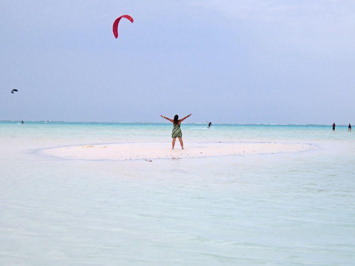 A praia de Jambiani, na ilha de Zanzibar é um pérola de beleza, com águas azuis transparentes, areia branca de coral e um paraíso para os kitesurfers.