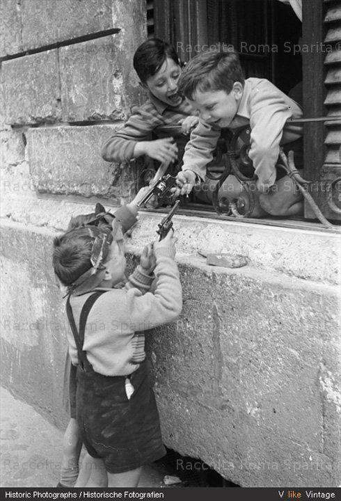 Roma - Giochi di cortile Bambini con le pistole 1950   #TuscanyAgriturismoGiratola