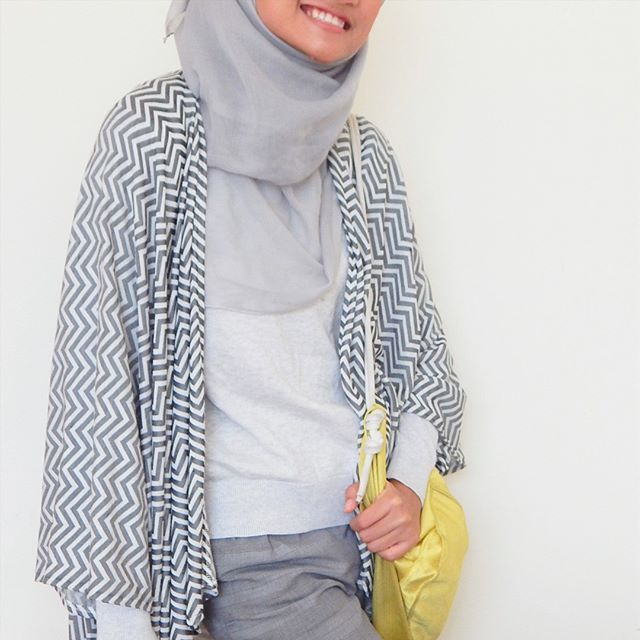 Hijab style / outfit / fashion inspiration. Batwing outwear with yellow string bag.