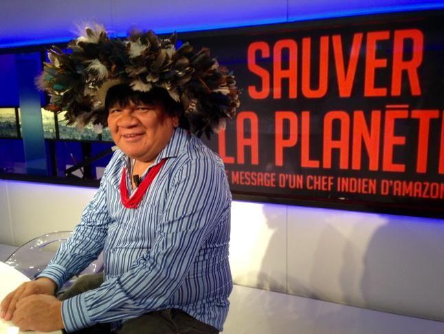 Le chef #Surui des #indiens d'#Amazonie sur le plateau de l'invité.  Le #Brésil invité d'honneur du Salon du livre.