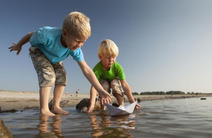 Basteln mit Kindern -draussen-boot-papier-origami-spielen