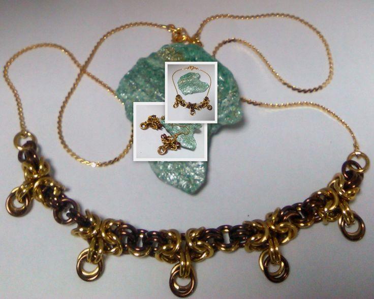 Zlatá s čokoládovou Elegantní souprava (náhrdelník, náramek a náušnice) vytvořená technikou chainmaille (kroužkováním) kroužky eloxovaného hliníku v barvě zlaté a čokoládové. Doplněno řetízky ve zlaté barvě. Náhrdelníkmá délku 49cm, náramek 19cm.