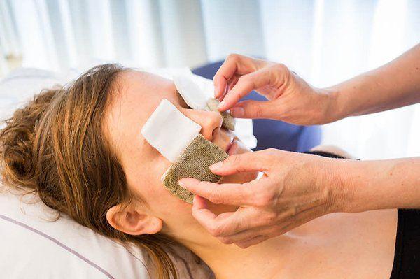 Senfmehlauflagen sind eine sehr gute Behandlungsmethode, um zum Beispiel chronische Probleme in Nasennebenhöhlen dauerhaft zu lindern.