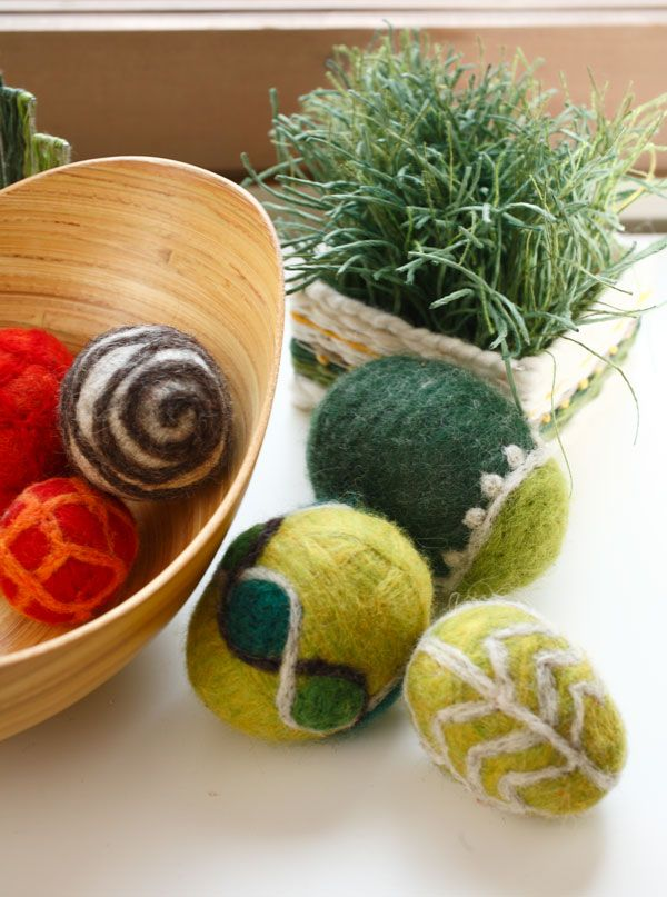 Pienetkin määrät huovutuslankaa riittävät pääsiäismuniin. Pesukonehuovutettuihin muniin on tehty kuviot neulahuovuttamalla.  (3510) Leikitellen kevääseen, Mallikerta-lehti nro 1/2015.